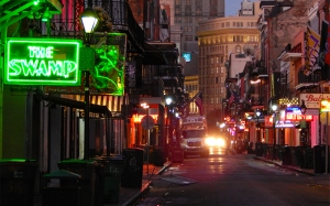 The-Swamp-Bar-with-balcony-over-looking-Bourbon-Street-New-Orleans